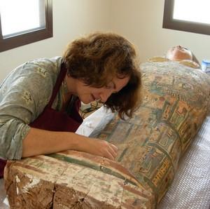 Refixage de la polychromie  DOHA (Qatar), sarcophage égyptien
